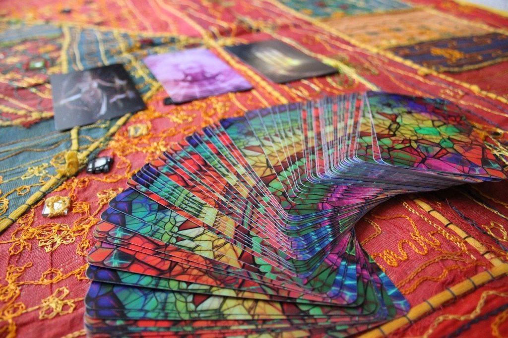 comment brasser les cartes du tarot divinatoire